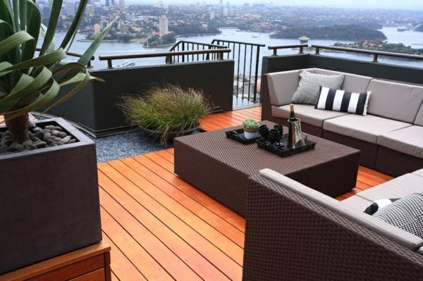 moderne-Terrassengestaltung-mit-Holzboden-und-Rattanmöbeln