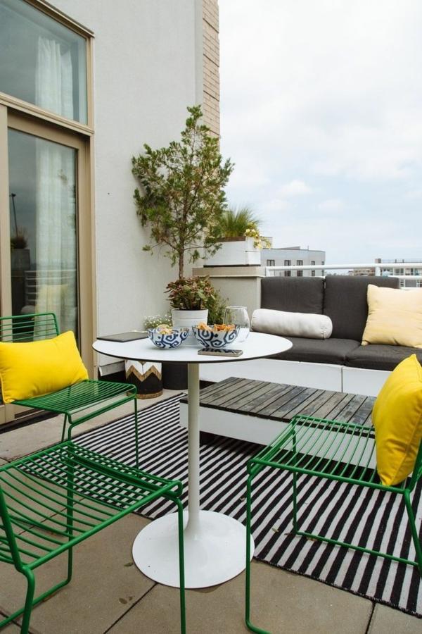 moderne-Terrassengestaltung-mit-schwarz-weißem-Teppich