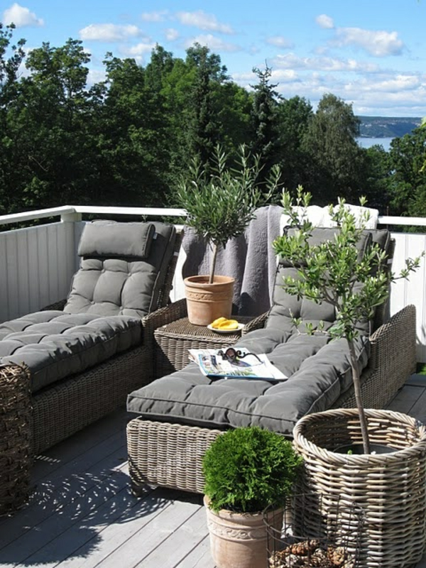 moderne-Terrassengestaltung-mit-tollen-Loungemöbeln