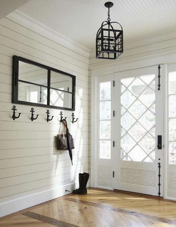 moderne-Wandgestaltung-Flur-in-Weiß-mit-antiken-Kleiderhaken-aus-Metall