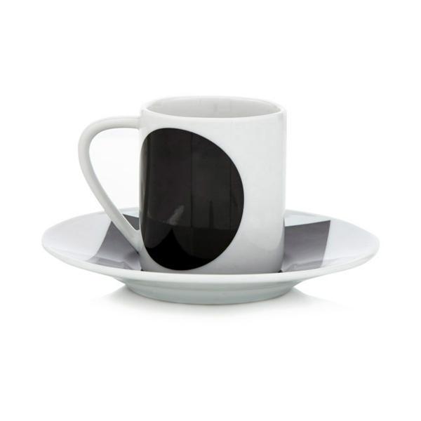 moderne-attraktive-espressotasse-in-weiß-und-schwarz-cooles-modell