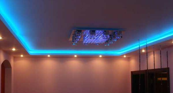 moderne-blaue-led-beleuchtung-für-eine-zimmerdecke