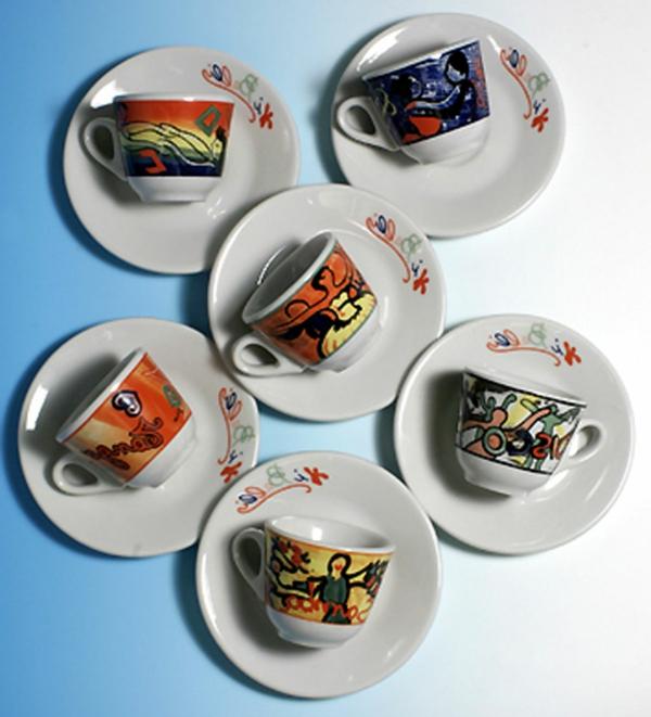 moderne-bunte-espresso tassen-foto-von-oben-genommen