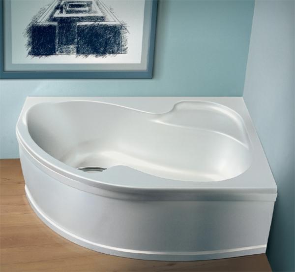 moderne-interessante-eckbadewanne-in-weißer-farbe