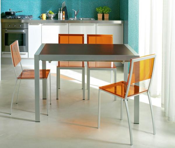 moderne orange durchsichtige stühle um einen esstisch
