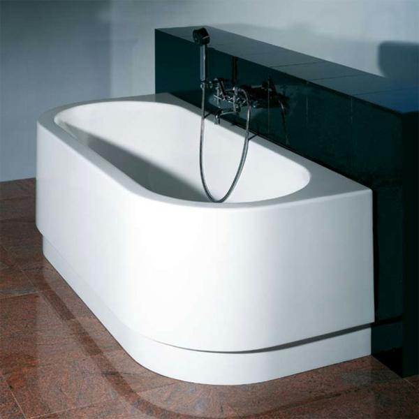 moderne-und-sehr-attraktive-badewanne-mit-schürze