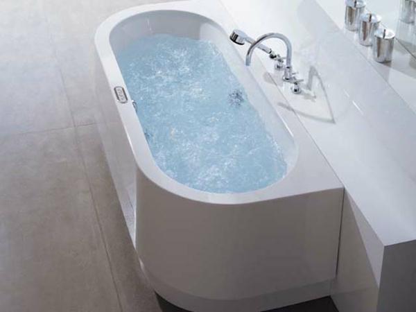 ultramoderne badewanne mit schürze in weißer farbe