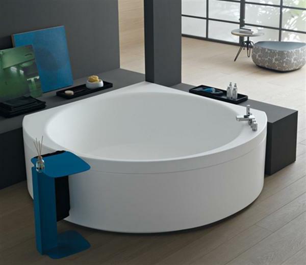 moderne-weiße-eckbadewanne in einer schicken wohnung