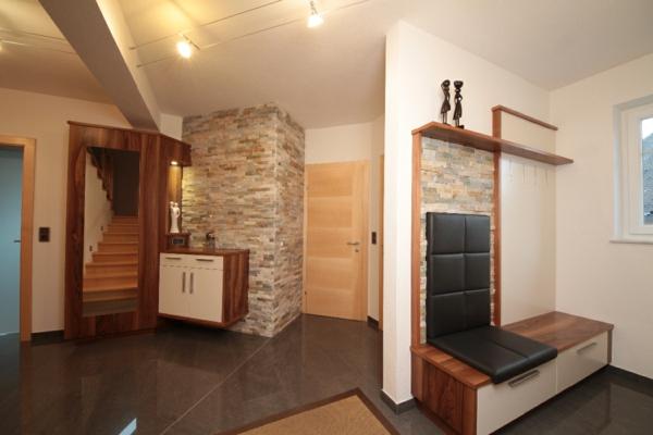moderner-Vorraum-schöne-Ideen-für-das-Interior-mit-Holzmöbeln-für-den-Flur