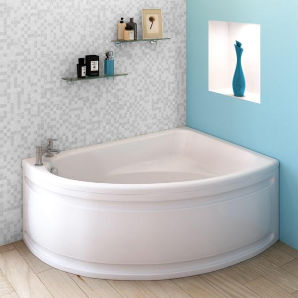 moderner-look-weiße-eckbadewanne im bad mit weißen und blauen wänden