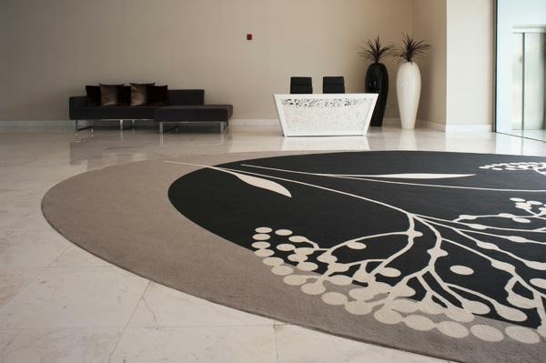 moderner-schöner-runder-teppich-taupe-farbschemen