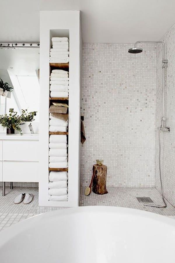 modernes-Bad-mit-weißen-Badfliesen-Dusche