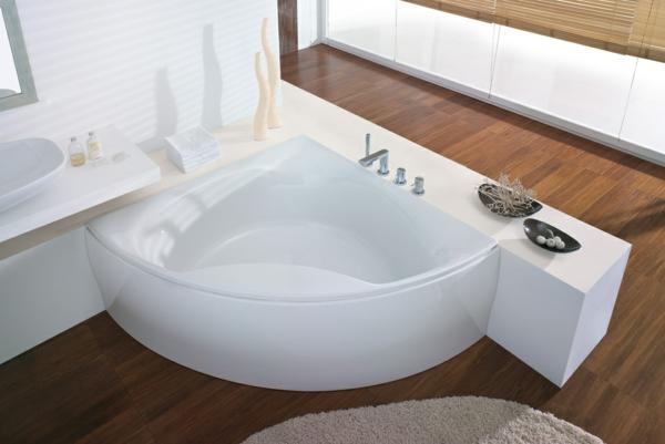 modernes-design-von-badewanne-mit-schürze-im-hellen-badezimmer