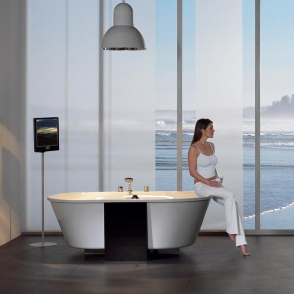 modernes-luxuriöses-badezimmer-mit-einer-badewanne-mit-schürze