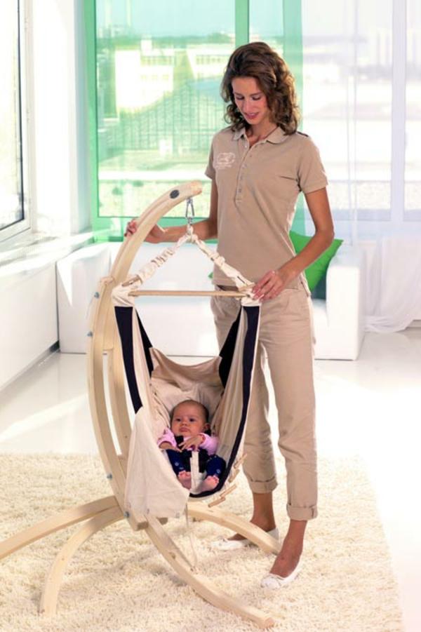 mutti-neben-einer-modernen-baby-hängematte