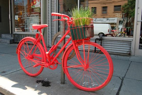 neon-orange-fahrrad-auf-der-straße