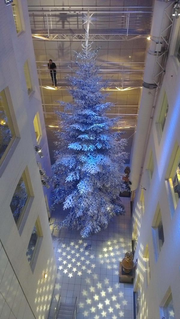 weiße weihnachtsdeko - tannenbaum, der mit einer gigantischen größe ist