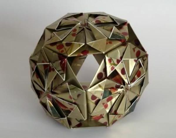 origami für weihnachten - schöner kugel - hintergund in weißer farbe