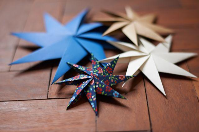 origami zu weihanchten basteln origami stern anleitung unterschiedliche farben und größe