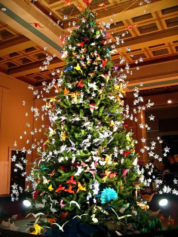 origami-zu-weihnachten-auf-einem-großen-tannenbaum- wunderschönes foto