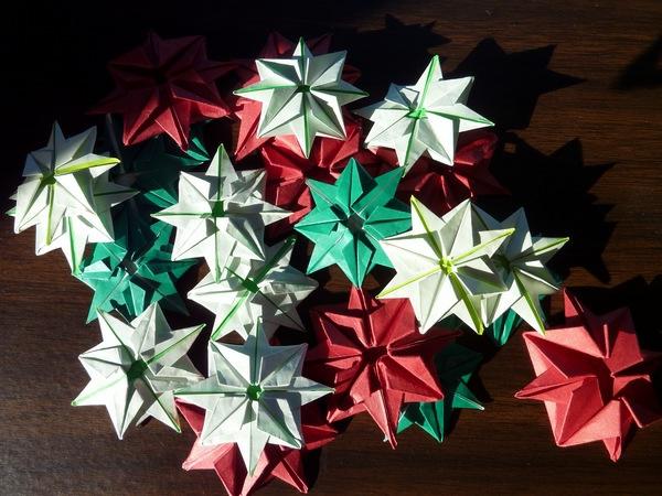 origami-zu-weihnachten-bunte-blumen - foto von oben genommen