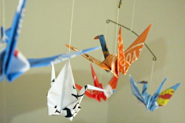 origami-zu-weihnachten-bunte-kraniche - foto vom nahen genommen