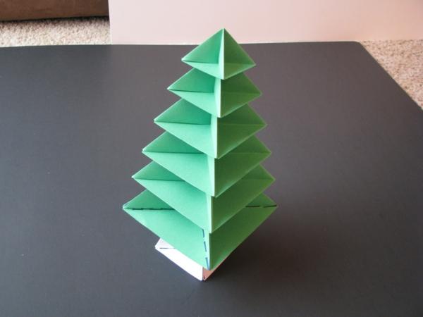 origami-zu-weihnachten-ein-tannenbaum-auf dem grauen tisch