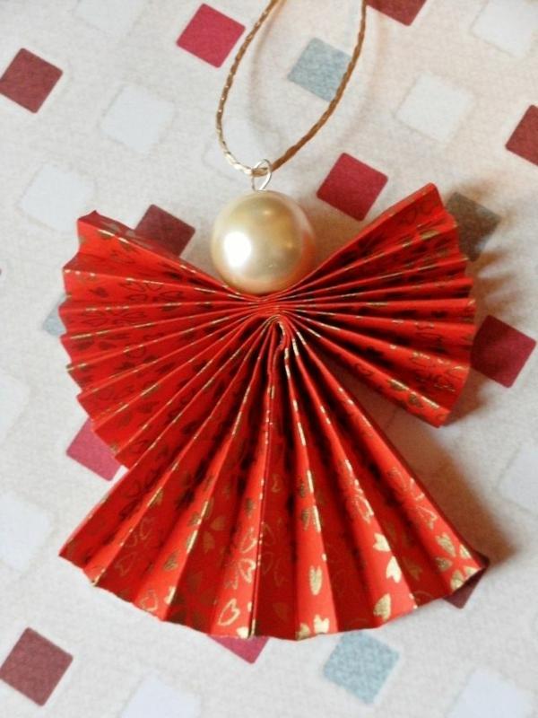 origami-zu-weihnachten-engel-figur-in-rot - foto von oben genommen