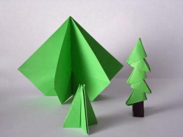 origami-zu-weihnachten-grüne-tannenbäume - hintergrund in grauer farbe