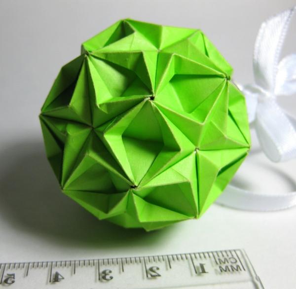 origami-zu-weihnachten-grüner-kugel