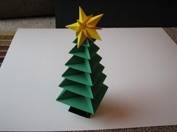 origami-zu-weihnachten-grüner-tannenbaum-mit-einem-stern-grün und schön