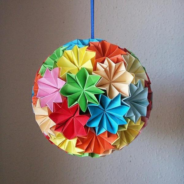 origami-zu-weihnachten-großer-bunter-kugel - viele bunte farben