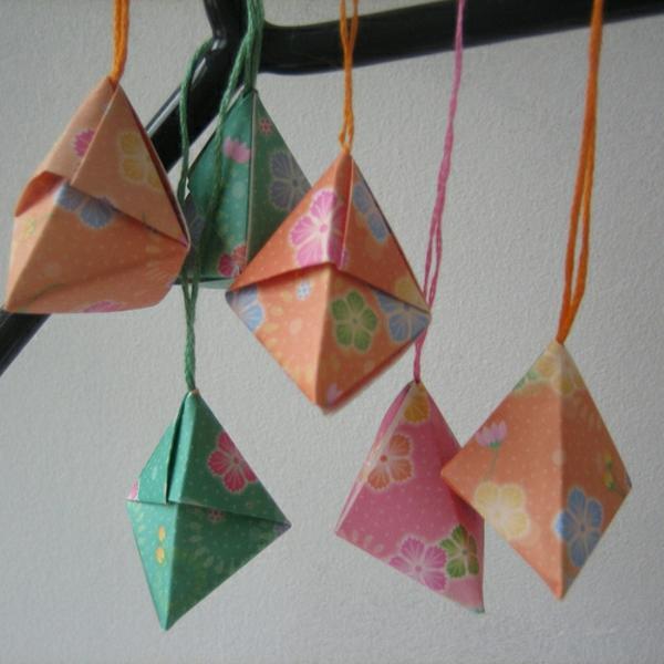 origami-zu-weihnachten-hängende-dekoartikel-in-hellen-farben - super süß