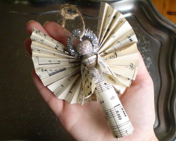 origami-zu-weihnachten-interessanter-engel - in der hand