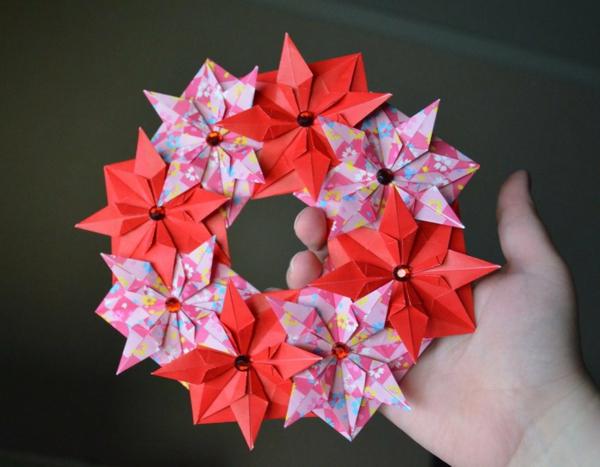 origami-zu-weihnachten-kranz-aus-blumen - in der hand - foto von oben ...