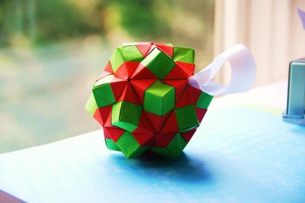 origami-zu-weihnachten-rot-und-grün- vor einem fenster