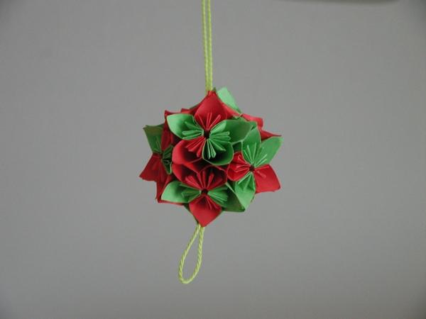 origami-zu-weihnachten-rote-und-grüne-farbe - hintergrund in grauer farbe
