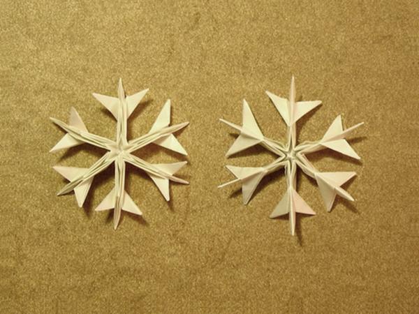 origami-zu-weihnachten-schneeflocken-aus-papier - beige hintergrund