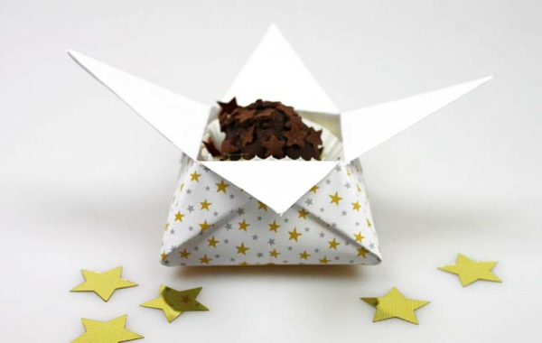 origami-zu-weihnachten-sehr-interessante-idee - hintergrund in weißer farbe
