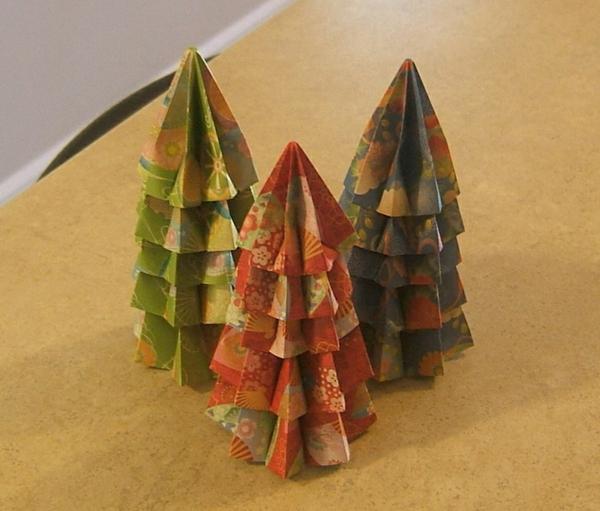 origami-zu-weihnachten-tannenbäume - auf dem beige tisch