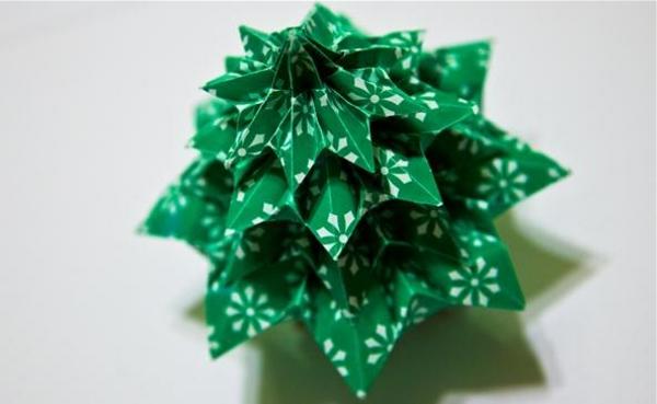 origami-zu-weihnachten-tannenbaum-in-grün - foto von oben genommen