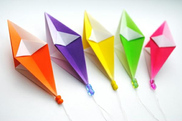 origami-zu-weihnachten-viele-bunte-farben - hintergrund in weiß