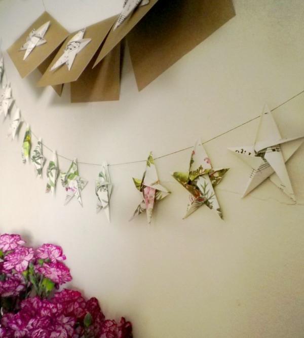 origami-zu-weihnachten-viele-süße-sterne - an der weißen wand