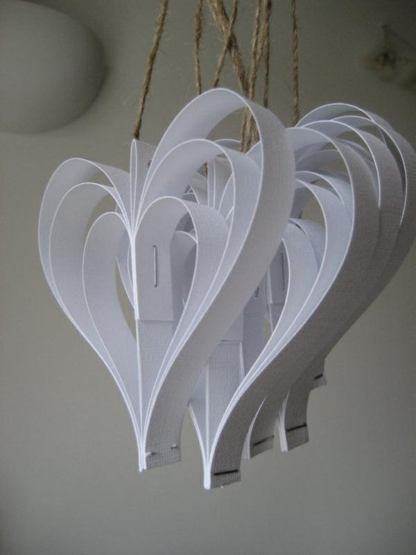 origami-zu-weihnachten-weiße-hängende-herzen - sehr süß aussehen