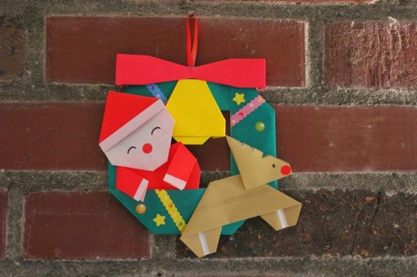 origami-zu-weihnachten-weihnachtsmann-mit-rudolf an der ziegelwand
