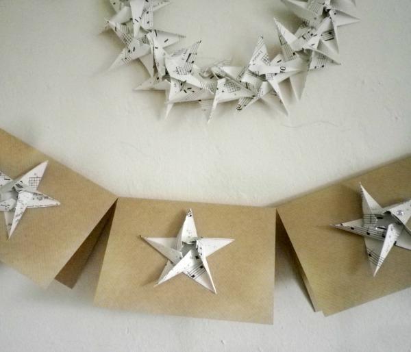 origami-zu-weihnachten - schöne sterne - an der weißen wand