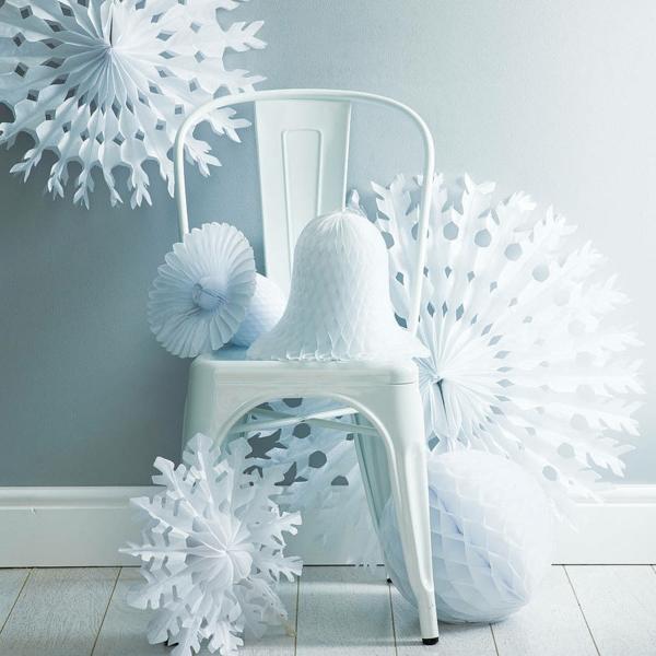 weiße weihnachtsdeko - coole dekoartikel auf einem weißen stuhl