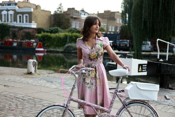 originelle-retro-fahrräder - schönes bild von einer frau