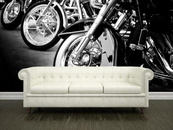 originelle-retro-tapeten-hinter-einem-weißen-sofa