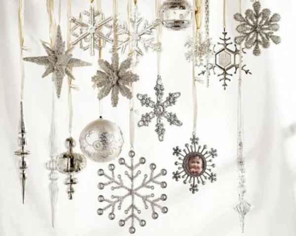 weiße weihnachtsdeko - schneeflocken, kugeln und schöne weiße sterne